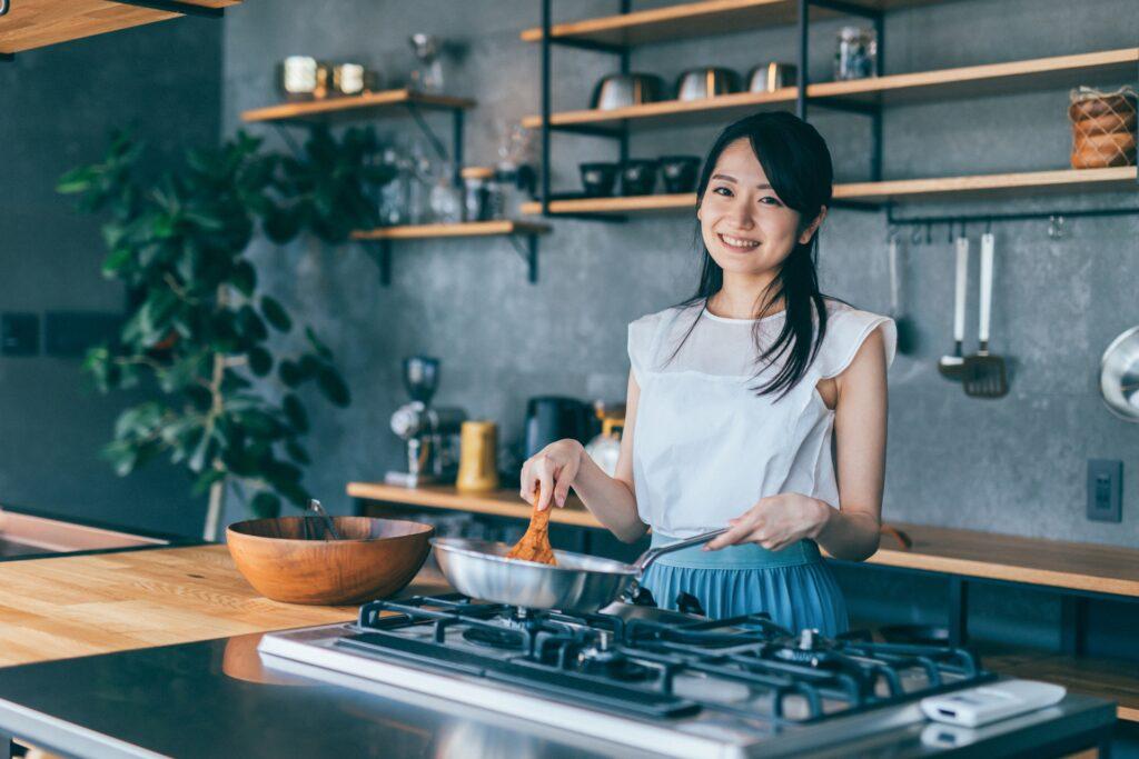 鍋で調理する主婦。