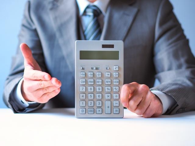 マイホームプランと予算を提示する住宅営業マン