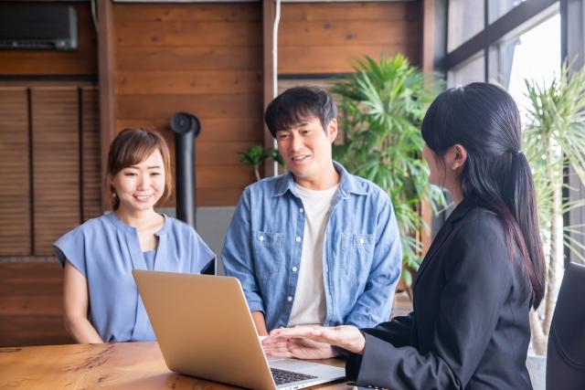 夫婦に住宅ローンの説明をする住宅会社の営業