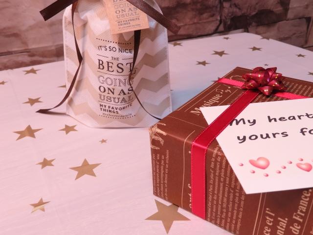 心のこもったプレゼントの入ったリボンのついた綺麗な箱。