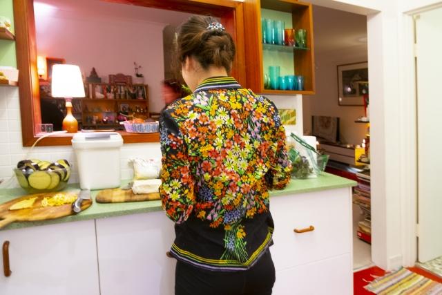 台所で調理する主婦。