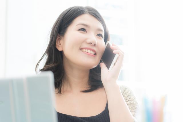 パソコンとスマートフォンを使う女性