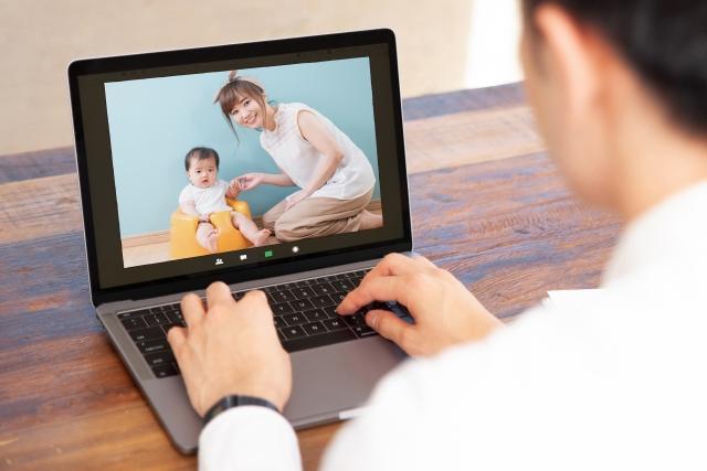 オンラインで家族と会話する。