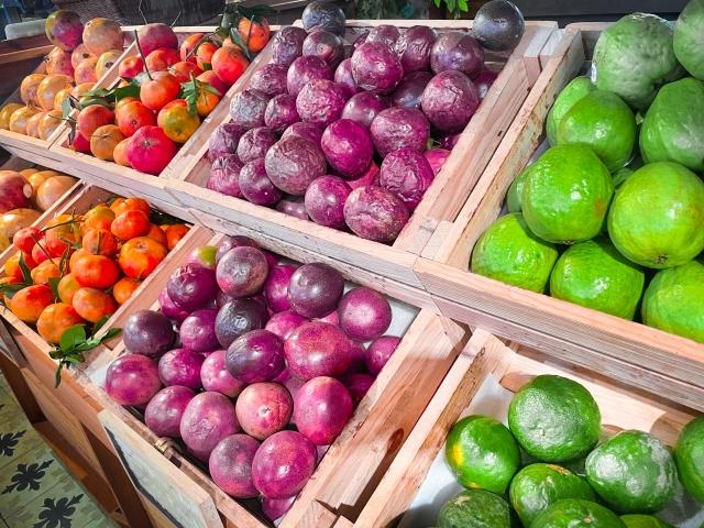 見ればつい買ってしまうスーパーの高価な果物売り場。