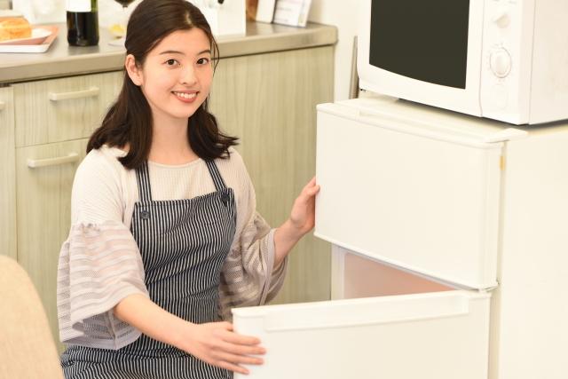 冷蔵庫を点検中の主婦