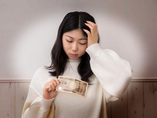 お金が足りない女性