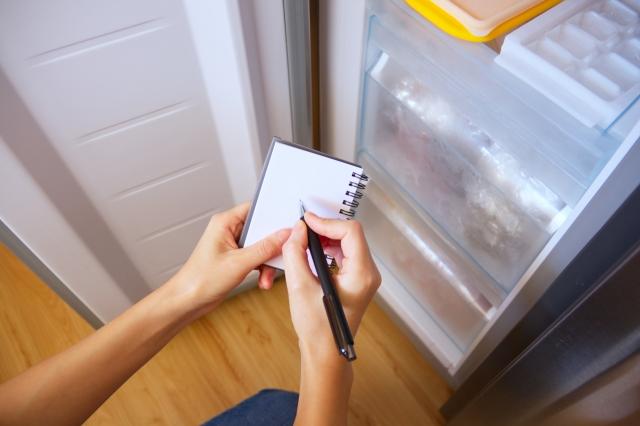 冷蔵庫の中の在庫をチェックする。